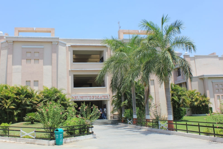 https://cache.careers360.mobi/media/colleges/social-media/media-gallery/3551/2018/10/3/College Front View of Parul Institute of Engineering and Technology Vadodara_Campus-View.jpg